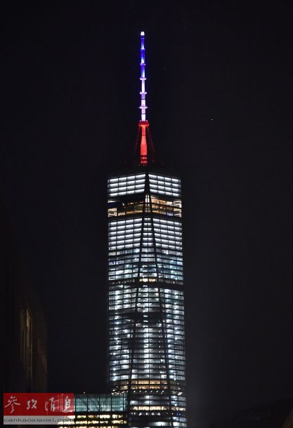 11月13日,为悼念巴黎恐怖袭击遇难者,纽约世贸大楼的塔尖亮起法国国旗的颜色。