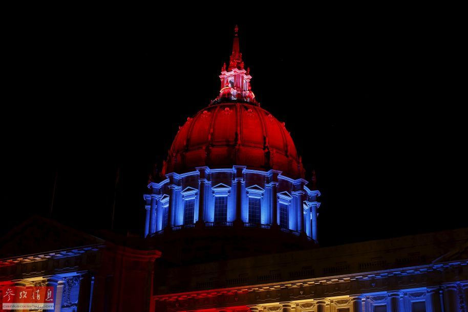 11月13日,美国旧金山市政大厅亮起法国国旗的颜色,悼念巴黎恐怖袭击遇难者。