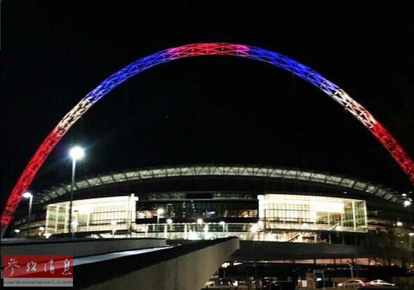 11月14日,英国伦敦,温布利球场亮起红白蓝三色灯光为巴黎祈祷。