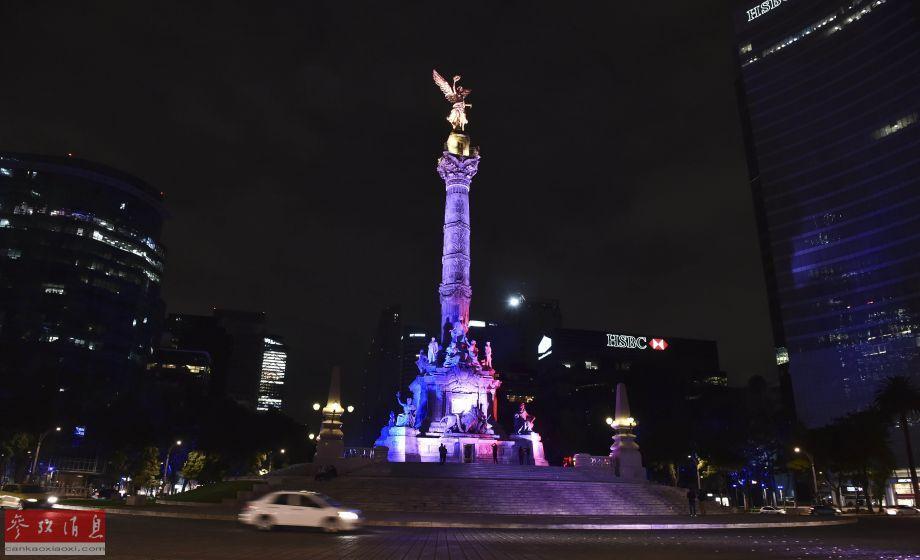 11月13日,墨西哥独立天使广场亮起法国国旗的颜色,悼念巴黎恐怖袭击遇难者。