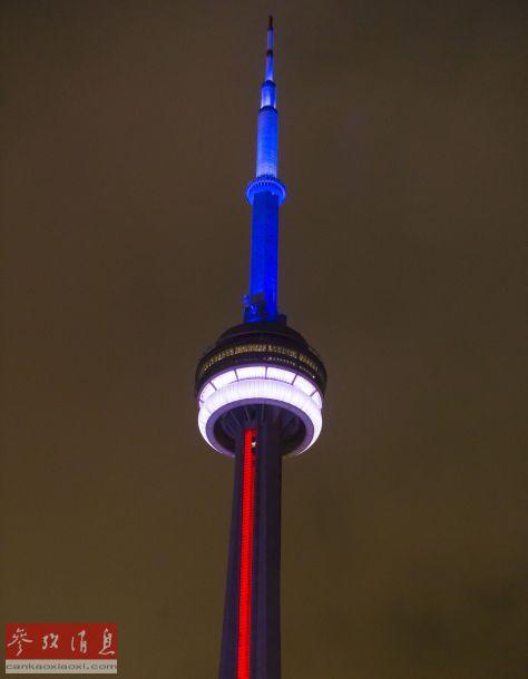 11月13日,位于多伦多的加拿大国家电视塔亮起象征法国国旗颜色的蓝、白、红三色灯光,悼念巴黎袭击遇难者。新华社发(邹峥摄)