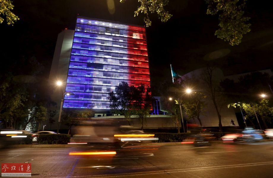 11月13日,墨西哥参议院大楼亮起法国国旗的颜色,悼念巴黎恐怖袭击遇难者。