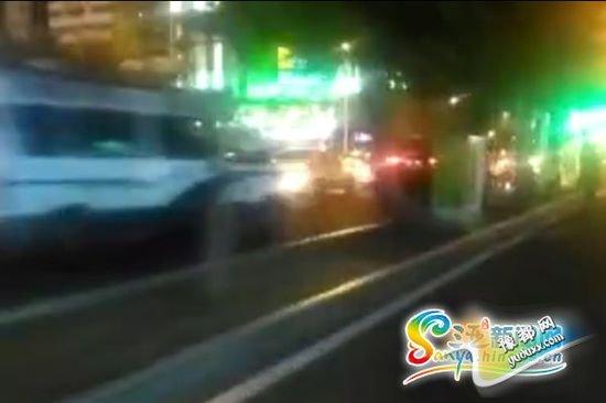 目击者拍摄视频显示,一辆无牌越野车被交警拦停。视频截图