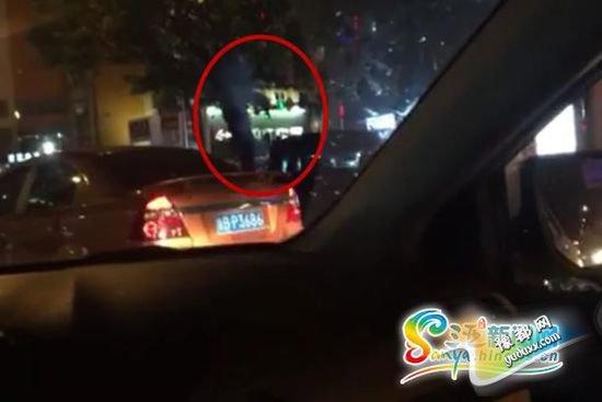 目击者拍摄视频显示,无牌越野车内人员对外射击,并冒出一股青烟(红圈内为冒出的青烟)。视频截图