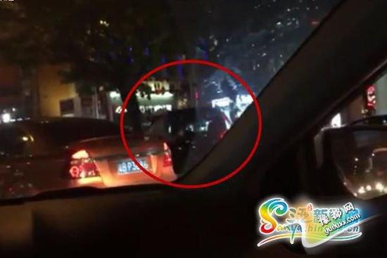 目击者拍摄视频显示,一辆无牌越野车被交警拦停(红圈内为涉事越野车)。视频截图