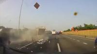 实拍:国道1号交流道发生恐怖连续翻滚车祸