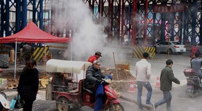 """郑州闹市热力管爆裂 行人车辆""""腾云驾雾过险滩"""""""
