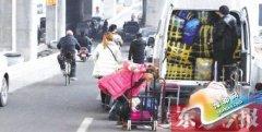 郑州陇海高架桥下变身停车场 五条车道占三条