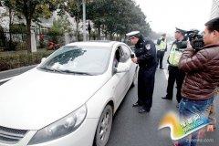 别在CBD跟交警打游击 乱停车被抓罚款并扣3分