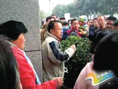 郑州一小学门口农村夫妻拦学生求助 被当人贩遭围殴
