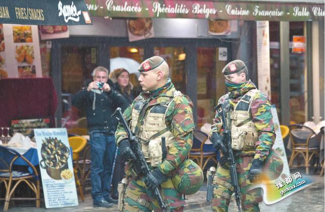 比利时21日将布鲁塞尔大区安全警戒级别提升至最高级。图为比利时军人22日在布鲁塞尔市区巡逻。