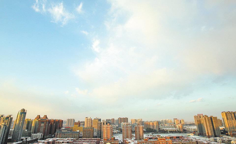 天上白云,地上白雪,久违的蓝天,你好! 记者洪波摄影