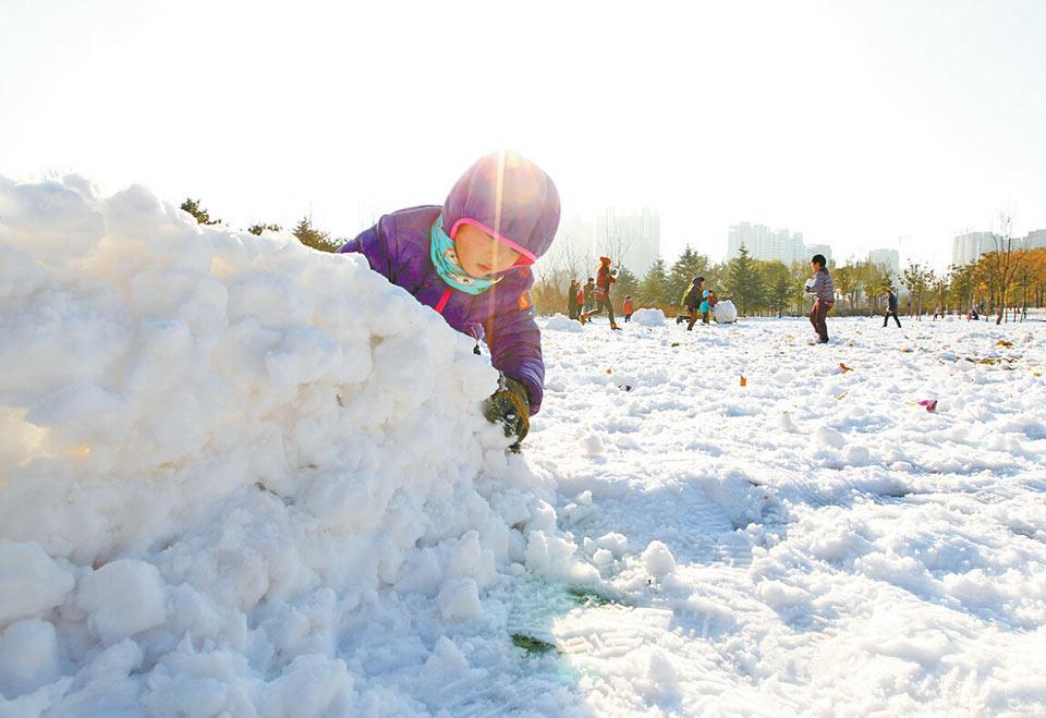 天上有太阳,地上玩雪球,孩子们最喜欢的事碰一起了!记者平伟摄影