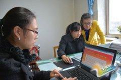 灵宝市纪委工作人员正在参与以案说纪网上知识抢答活动