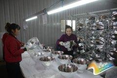 灵宝市城东产业园区三和灯饰生产车间工人在检验产品质量