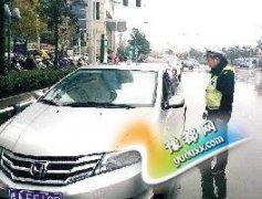 郑州百名警力严管CBD违停 去东区停车要小心