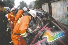 婚车撞上大客车 三人当场死亡
