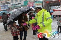 通许县交警大队民警走上街头宣讲交通安全知识