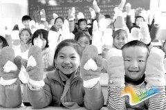 """渑池县尚德小学:""""爱心手套""""传递冬日温情"""