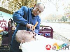 传统理发受老年人欢迎