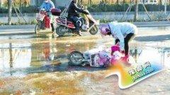 郑州怀孕8个月孕妇摔倒 市民疑洒水车夜间洒水