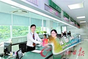 市民冯女士领到了广州市第一本不动产登记证。