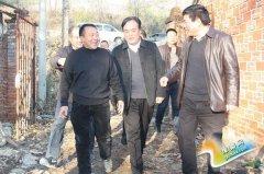 县委书记卢捍卫深入老城镇检查养殖场拆除工作