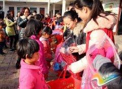 """爱心""""6+1""""温暖包助贫困留守儿童温暖过冬"""