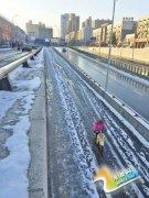 郑州高铁东站广场积雪无人清理 旅客跳跃前行