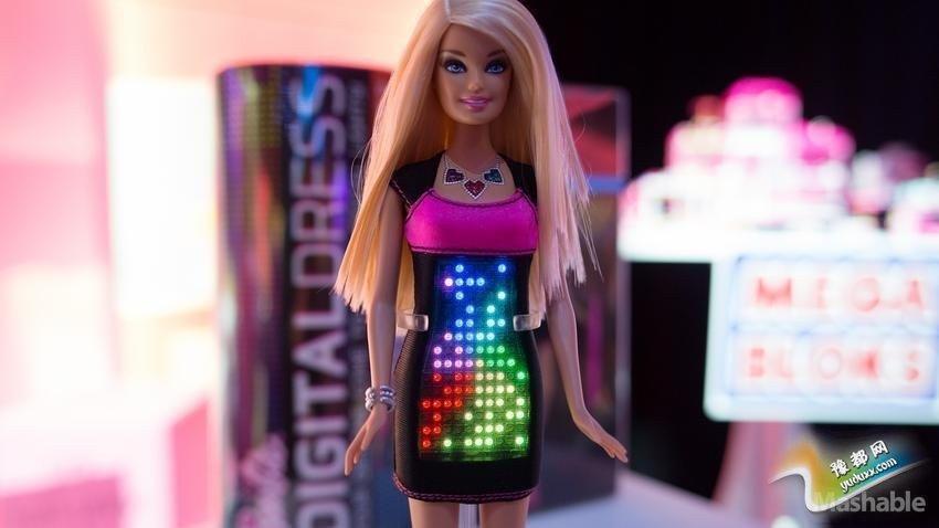 穿着数码服饰的芭比娃娃:它是时尚和科技的结合,女孩们可以为芭比娃娃的衣服创建和选择数字设计图样。