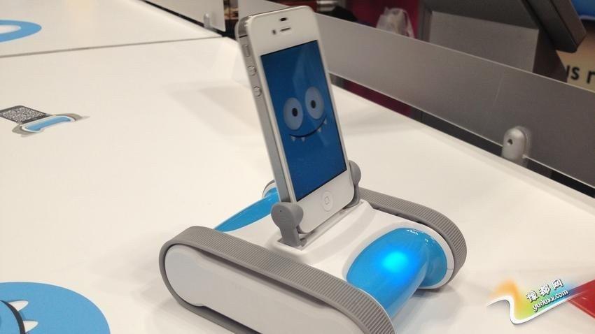 Romo机器人:你可以控制和训练这款智能手机机器人(支持iOS),它有自己的个性。通过模仿它所看到的东西,它会了解你和各种情绪。