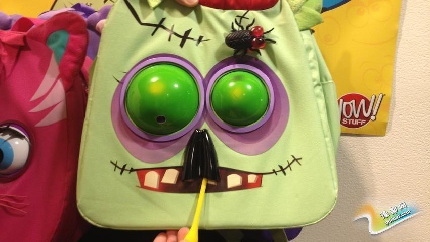 WowPacks:它号称是有史以来第一款为孩子们设计的活动背包,包上这个僵尸玩具可以跟人互动:当人们路过时,它的眼睛就会移动,并发出怪声。它配有一个附加的远程控制器。