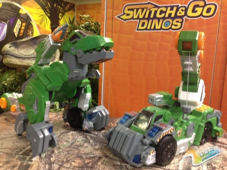 声控恐龙:这只恐龙可以对语音命令作出回应。你可以叫它咆哮,叫它向前走,它会遵从你的指示。你甚至可以把它变形成一辆工程车。
