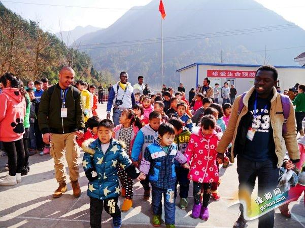 6留学生和城固县北部山区双溪学校学生互动_conew1.jpg