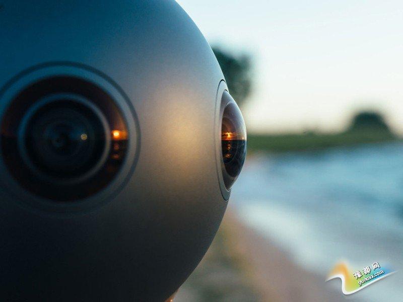 """每个镜头的视野场达到195度,足以捕捉到周围的全部画面,甚至包括摄像头""""尾部""""――可拆卸固态硬盘和电池的位置――后面的情况。摄像头顶部和底部各有一个大的开口,起到自然风动冷却系统的作用,从而免除了风扇的使用,也就不用担心风扇带来的噪音。"""