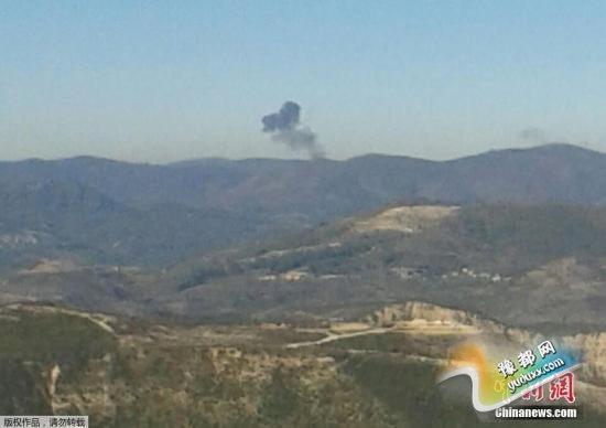 当地时间11月24日,土耳其哈塔伊,不明来历的飞机坠毁。综合外媒24日消息,一架军用飞机在叙利亚与土耳其边境地区坠毁。目前,暂不清楚这架飞机属于何方。英国天空电视台网站称,土耳其方面击落了这架军机,因为它侵犯了土耳其领空。另据今日俄罗斯援引土耳其媒体报道,在公开的一段视频中,这架军机变成火球坠落下来。尚不清楚飞行员的下落。 视频:俄罗斯国防部证实俄战机在叙利亚境内坠毁 来源:中央电视台