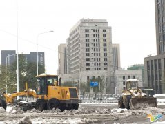 郑州大雪考验文明 市政除雪设备齐上阵