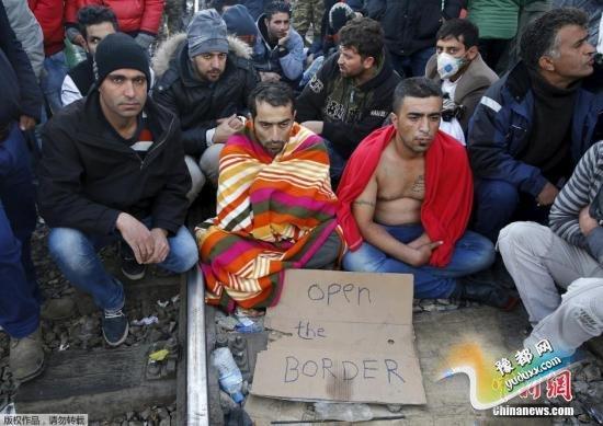 """11月25日消息,巴尔干地区国家近期加大了难民限制政策,导致大量难民被困在马其顿和希腊边境。难民从23号当天开始绝食抗议,表达他们对限制政策的不满。有些难民用针和尼龙线缝住彼此的嘴唇,用绝食抗议该政策。 视频:欧洲难民危机:德法建议设百亿欧元""""难民基金"""" 来源:央视新闻"""