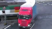 监拍:捷克一卡车遭列车拦腰撞爆 场面激烈