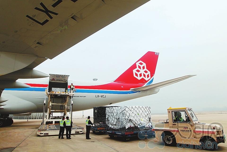 """""""郑州号""""全货运飞机正在郑州机场装载货物。"""