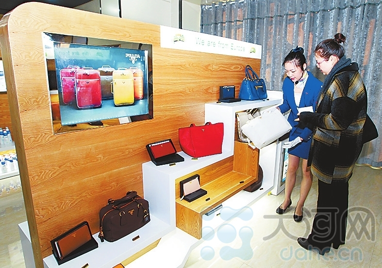 近千种进口商品既有名牌箱包、手表,也有饮食起居的高质快消品。