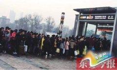 """郑州地铁乘客排长队 345名安检""""老手""""增援"""