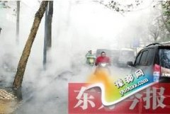 """郑州一暖气管道爆裂""""云山雾罩"""" 居民担忧塌陷"""