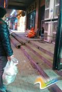 郑州最暖心环卫工阿姨 为街头流浪汉送饭