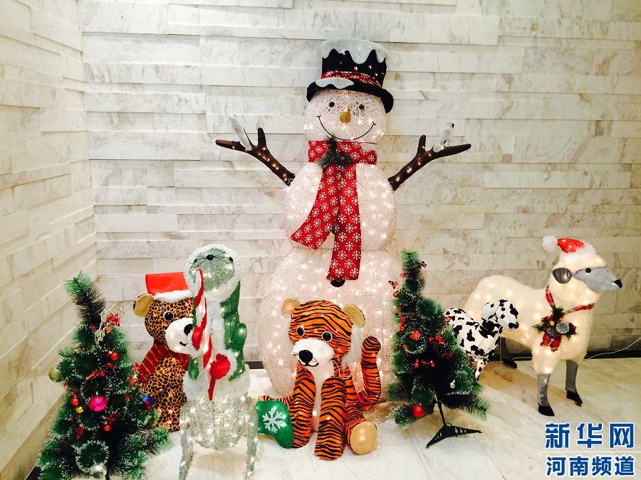 圣诞节前夕,郑州各大商场纷纷换上了圣诞新衣,在寒冷的冬季里绽放绚丽的色彩。到底哪家商场的圣诞装饰颜值最高呢?下面让我们一起跟着镜头领略吧!