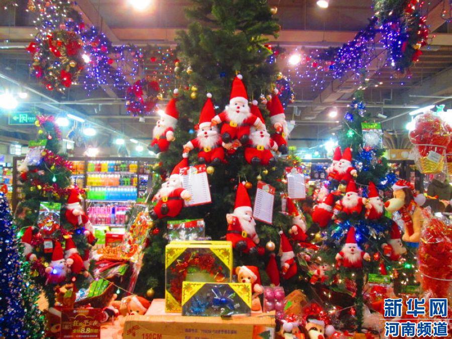 郑东新区CBD丹尼斯七天地: 爬满了圣诞老人的圣诞树和琳琅满目的小礼物