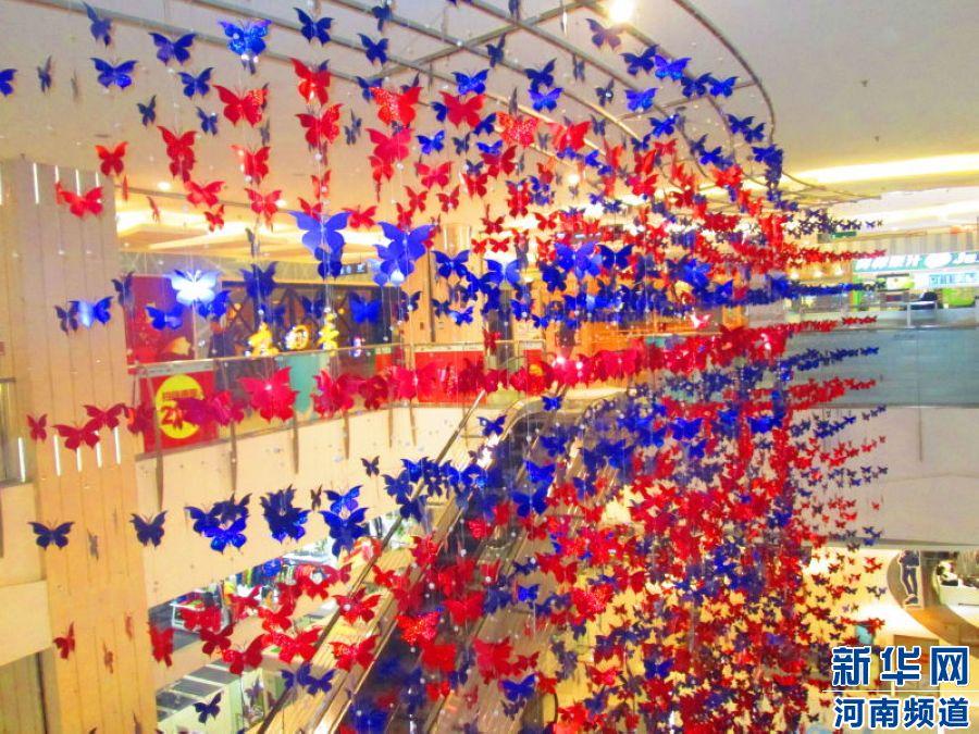 郑东新区CBD丹尼斯七天地:纷纷扬扬的蝴蝶吊饰,映照节日的气氛