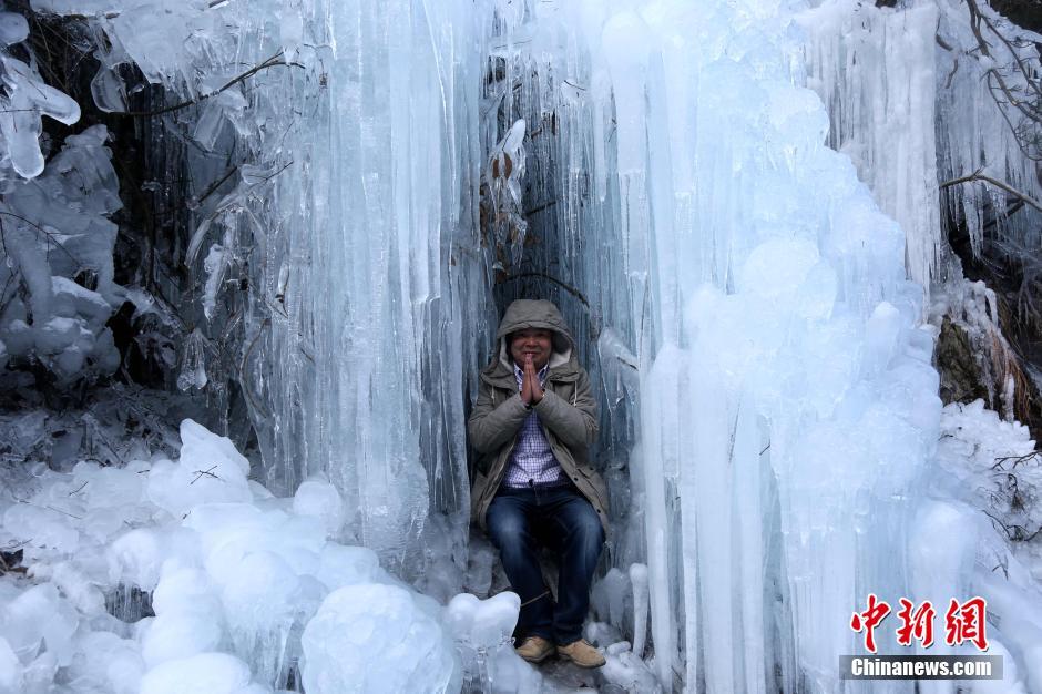12月30日,河南洛阳追梦谷里,曾经水流不停的山谷小溪悄然成冰,形成美丽的冰挂奇观,吸引民众围观。 中新社记者 王中举 摄