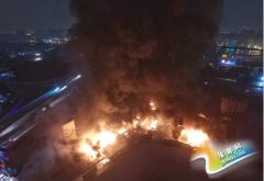 广东佛山一仓库发生大火 火光笼罩半空(图)