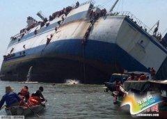 印尼载175人渡轮倾覆 乘客船员弃船逃生(图)
